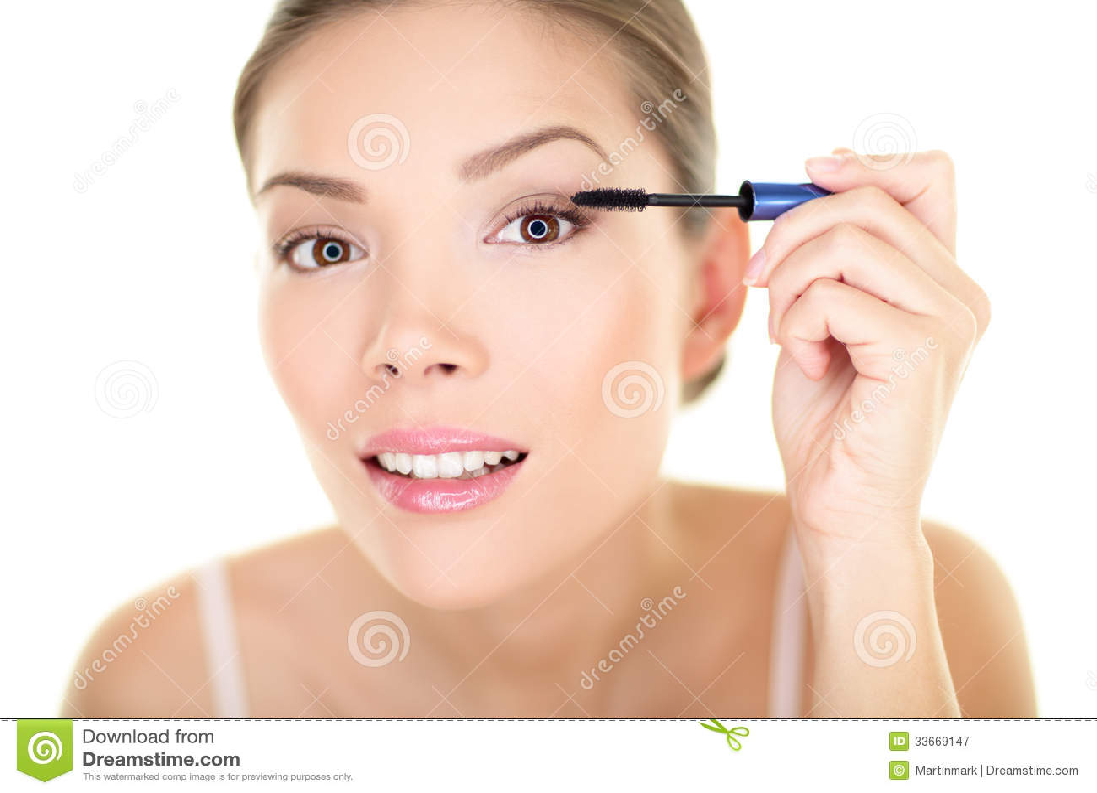 La femme de maquillage de beauté mettant l oeil de mascara composent