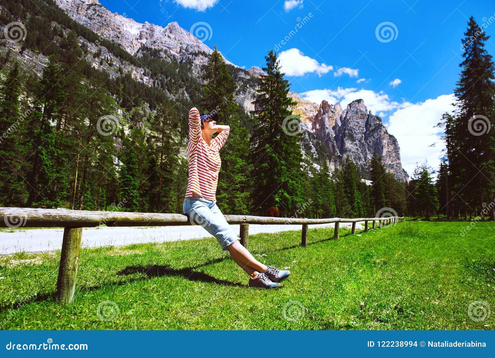 vacances au tyrol Femme de randonneur détendant dehors sur la nature Voyage aux dolomites,  Italie, lu0027Europe Vacances du0027été au Tyrol du sud Touriste de fille dans la  forêt ...