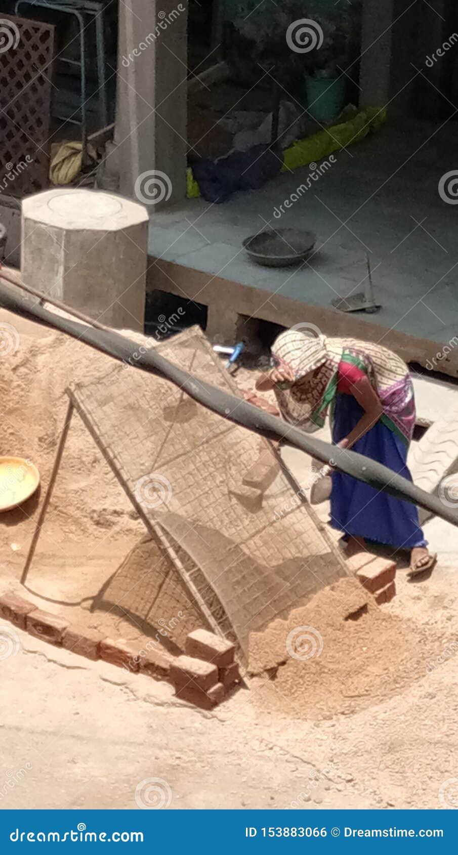 La femme de Vir est matériau de construction de travail est travail