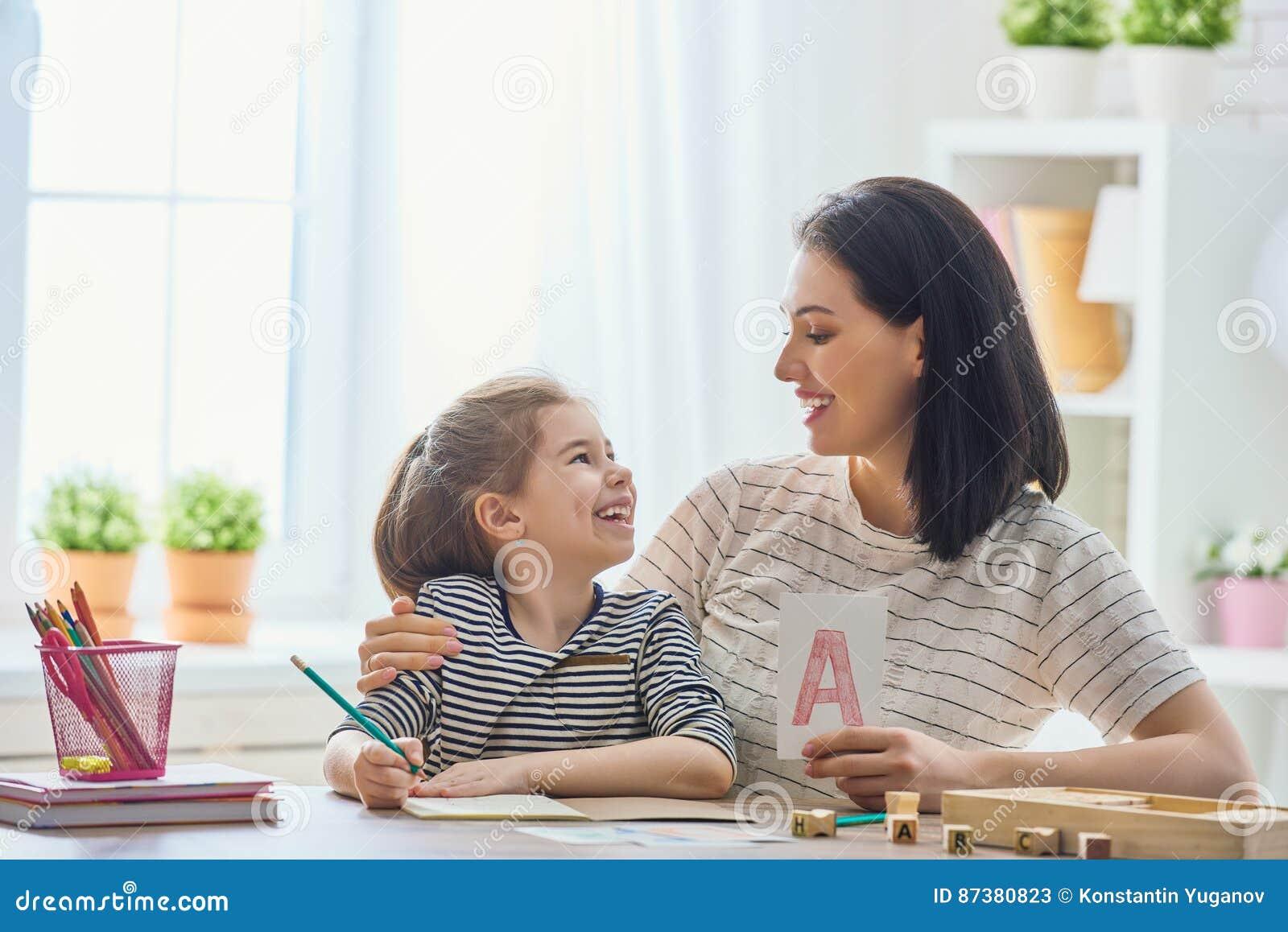 La femme enseigne à enfant l alphabet