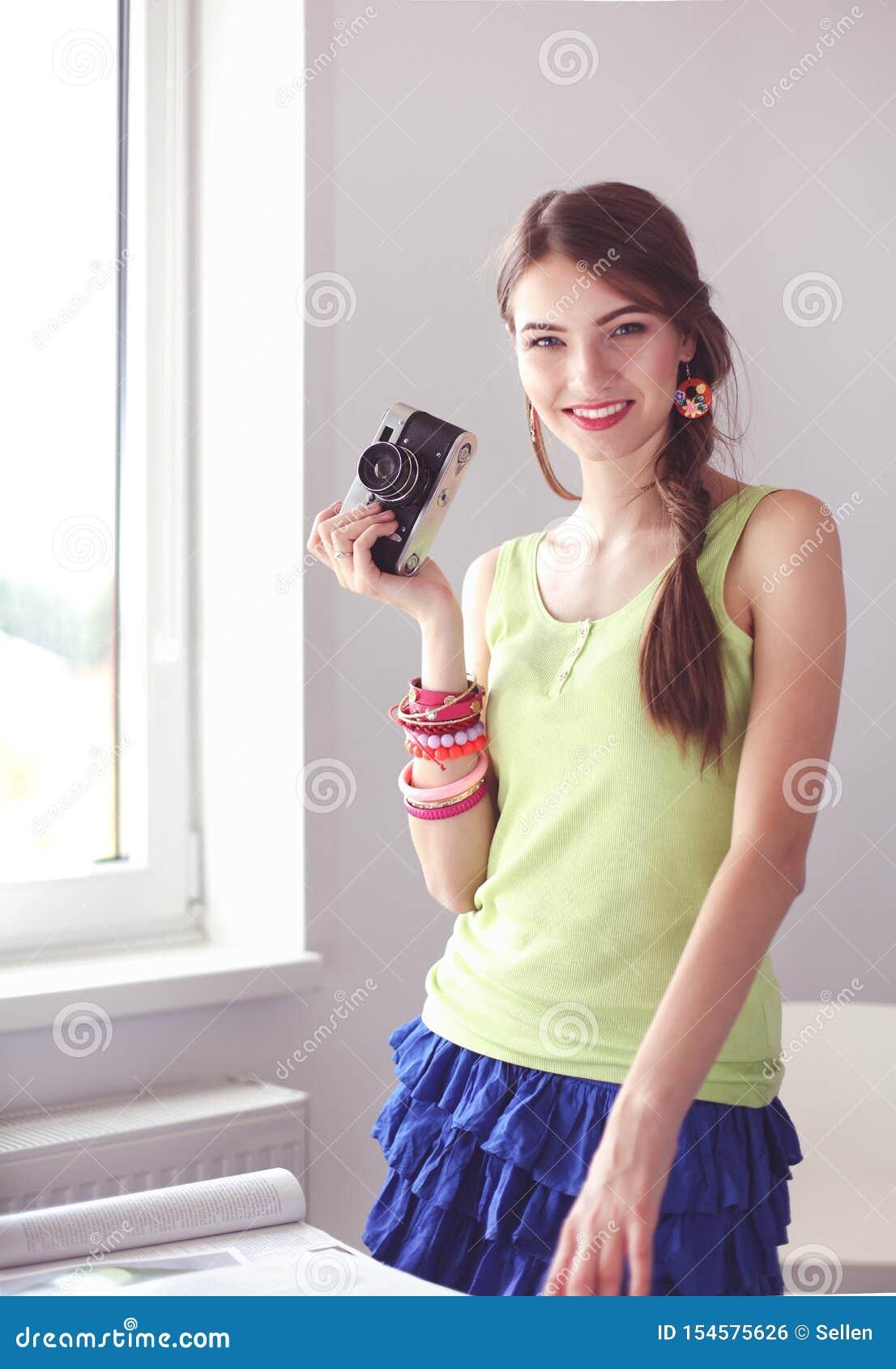 La femme est une photographe de proffessional avec l appareil-photo