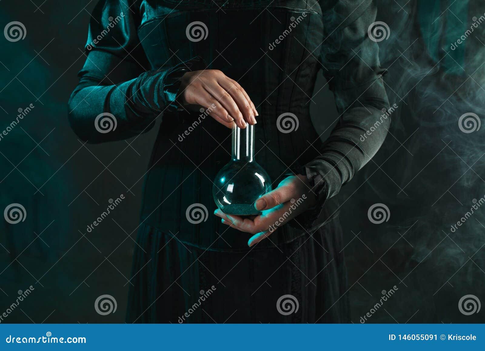 La femme est une scientifique de recherches tenant un flacon avec le matériel Concept de recherche scientifique et histoire de la