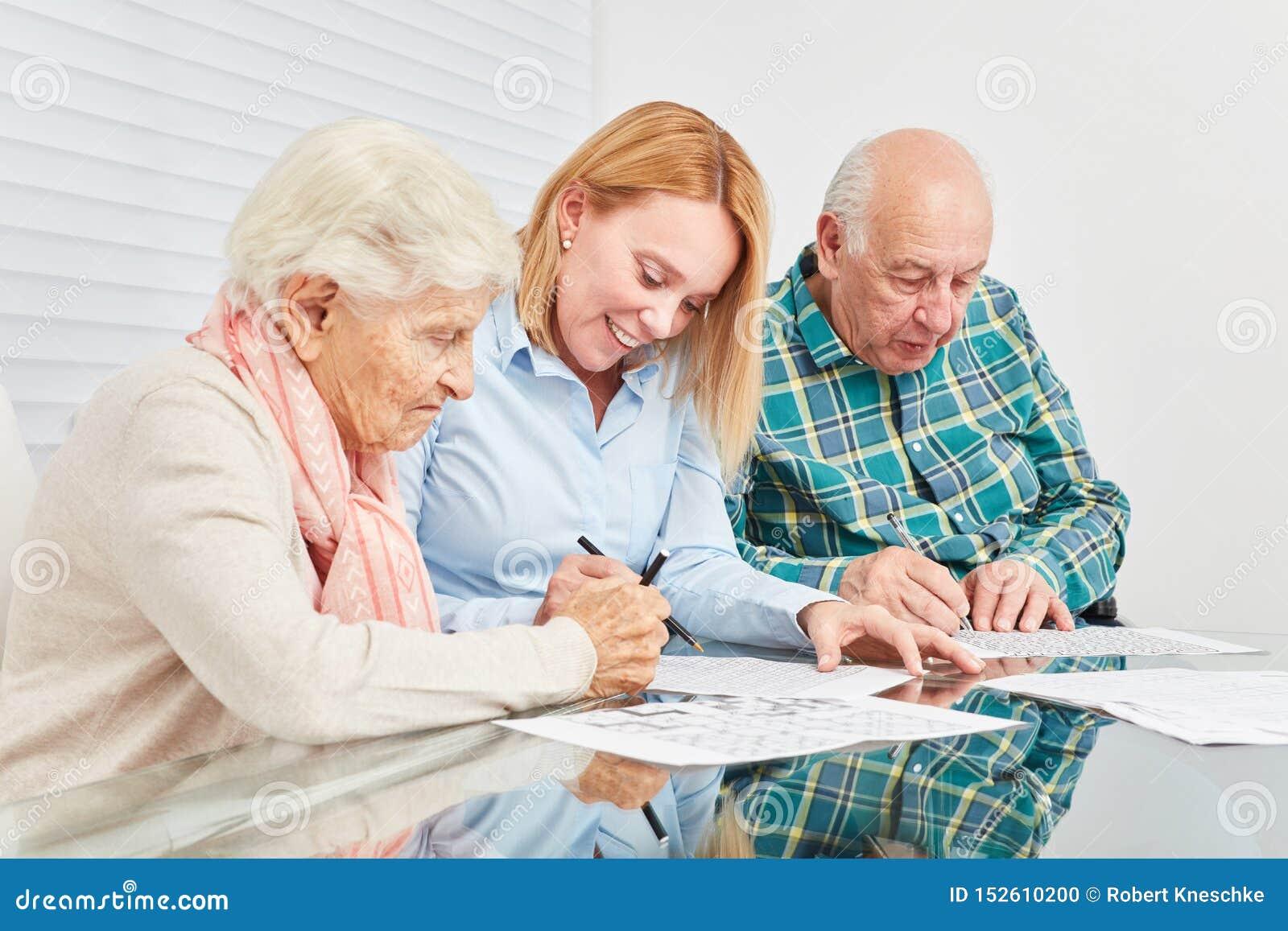 La femme et deux aînés font la formation de mémoire