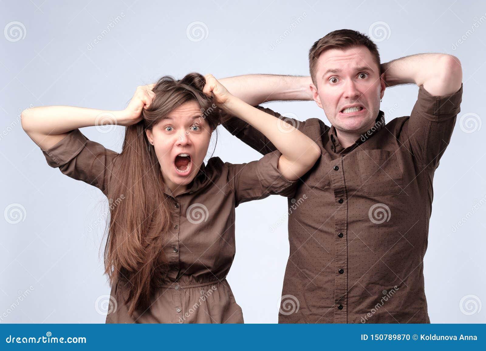 La femme et l homme dans des vêtements bruns sont choqués, stupéfait, étonné
