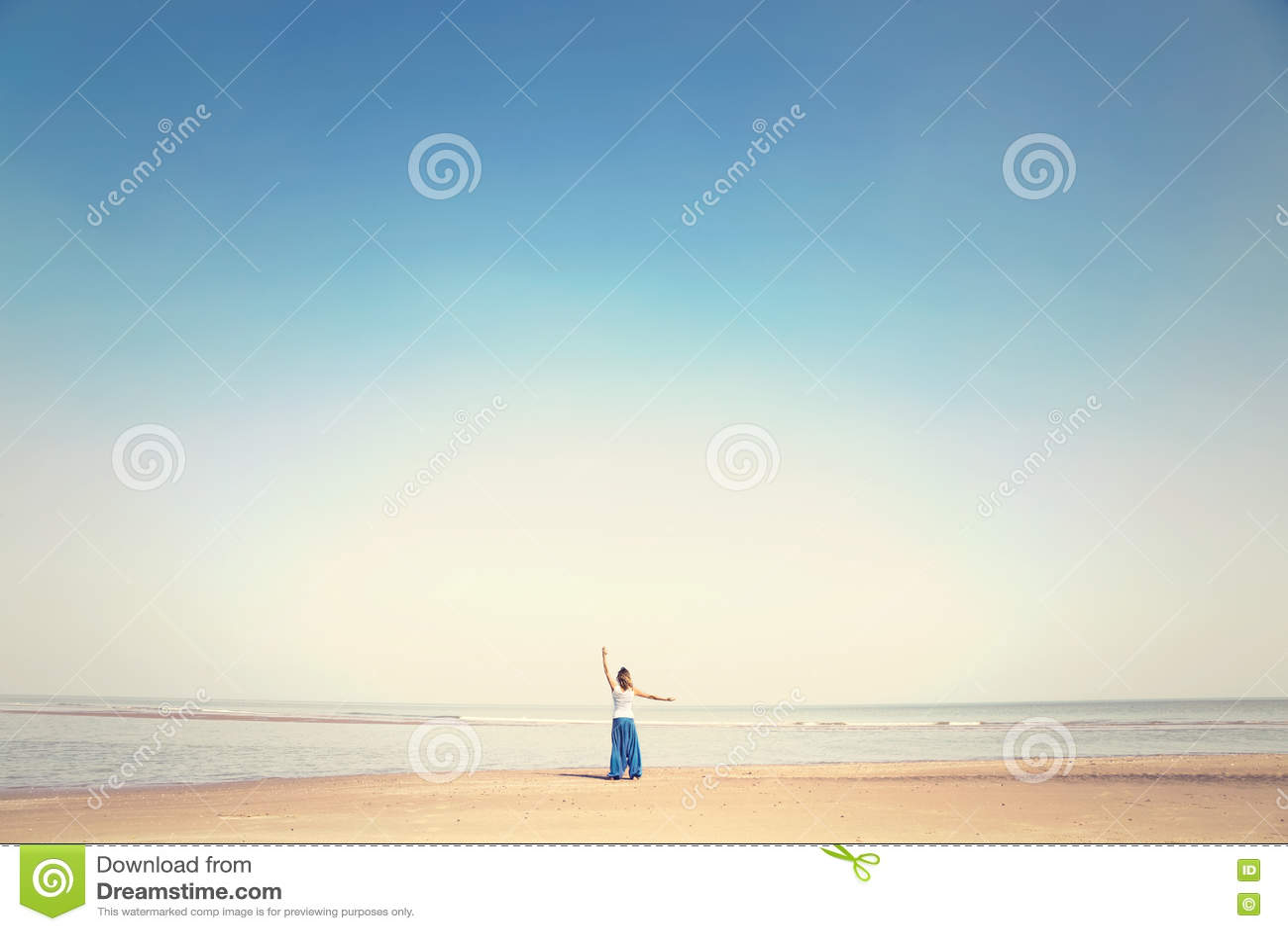 La femme fait des exercices de méditation faisant face à la mer