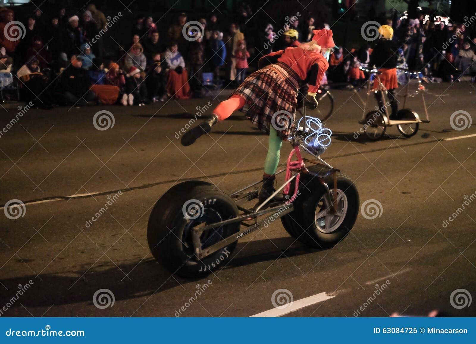 Download La Femme Fait Des Mouvements Acrobatiques Sur Le Scooter Fait Maison De Pompe De Grande Roue Dedans Photo éditorial - Image du corvallis, véhicule: 63084726