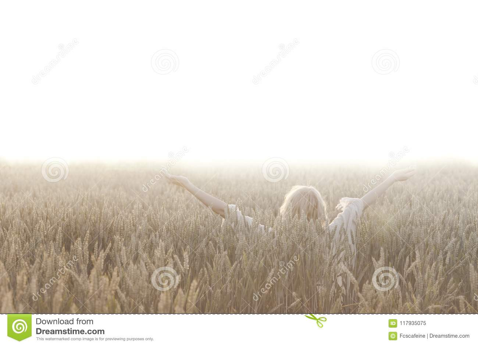 La femme fait la méditation au milieu de la nature
