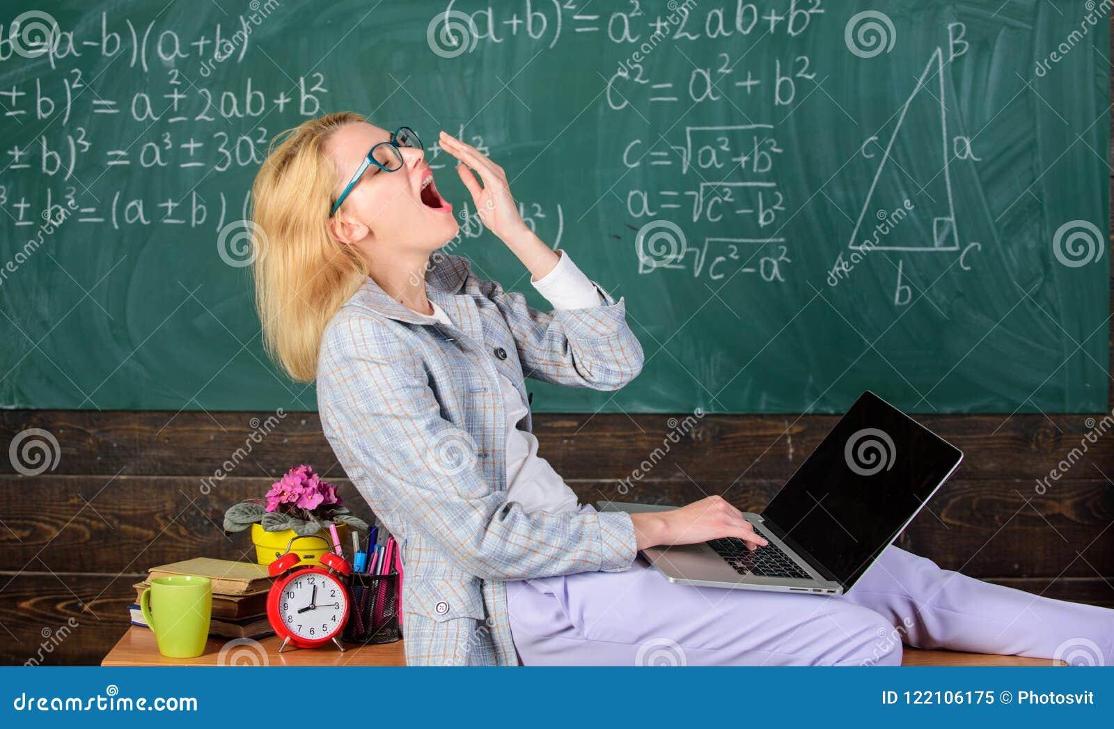 La femme a fatigué le fond de tableau de salle de classe d ordinateur portable de travail de professeur Conditions de travail pou