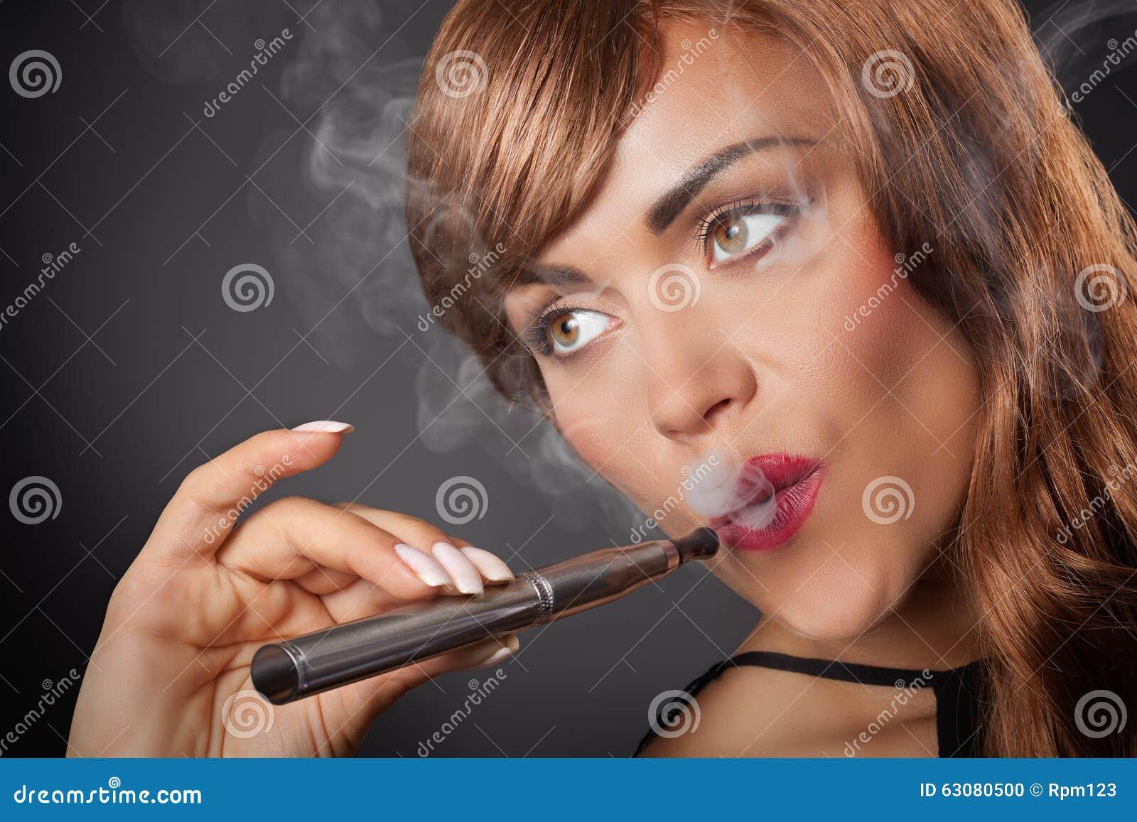 Download La Femme Fume Son Stylo De Vape Photo stock - Image du dangereux, fume: 63080500
