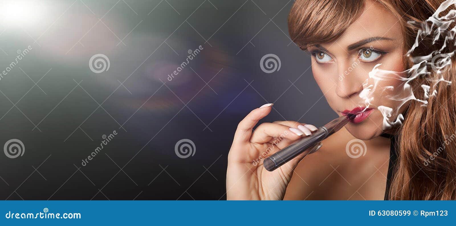 Download La Femme Fume Son Stylo De Vape Image stock - Image du élégant, fumée: 63080599