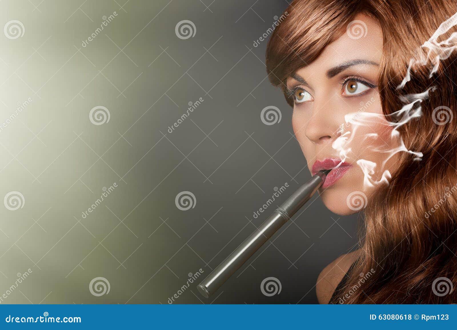 Download La Femme Fume Son Stylo De Vape Photo stock - Image du fumeur, élégant: 63080618