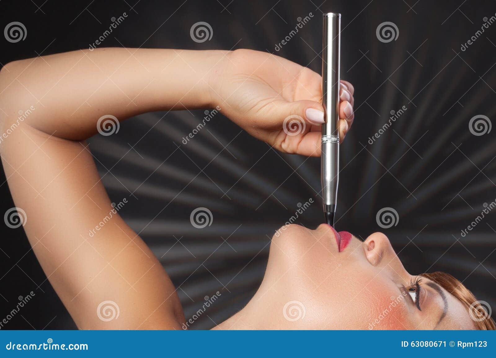 Download La Femme Fume Son Stylo De Vape Image stock - Image du penchant, femme: 63080671