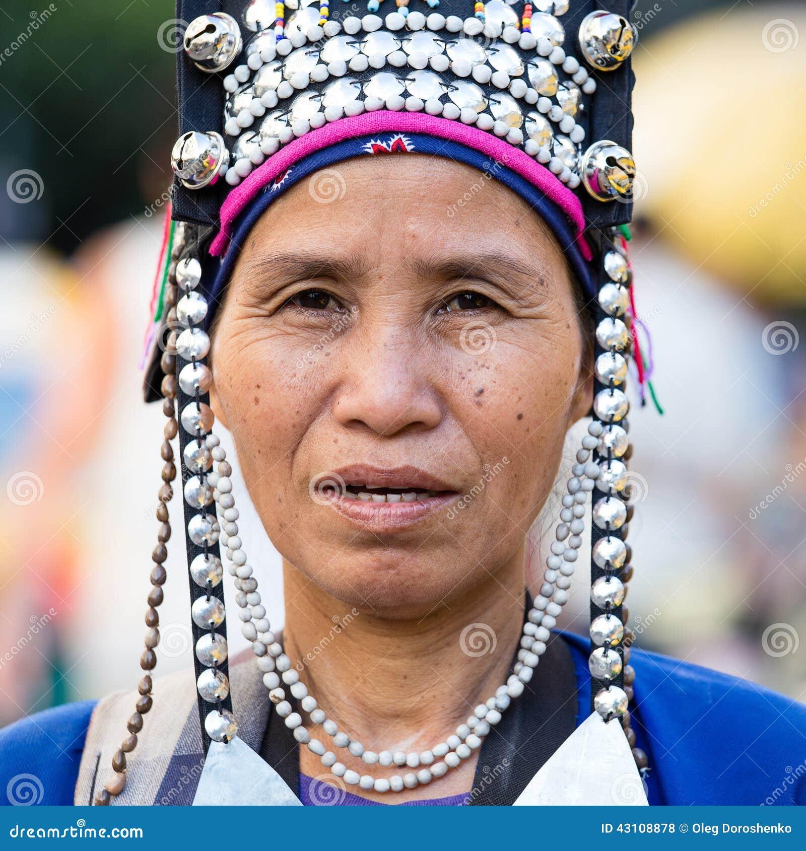 La femme indigène non identifiée de tribu de colline d Akha dans des vêtements traditionnels vend des souvenirs, Thaïlande