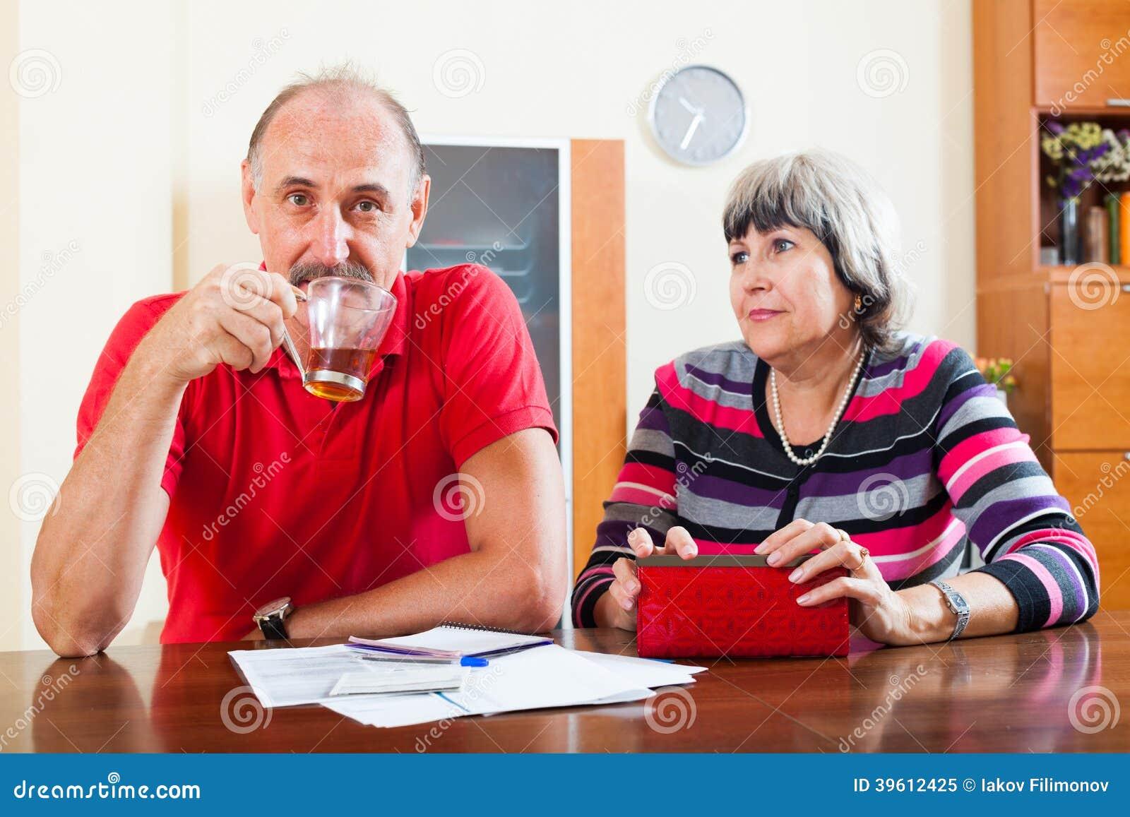 La femme mûre demande l argent du mari