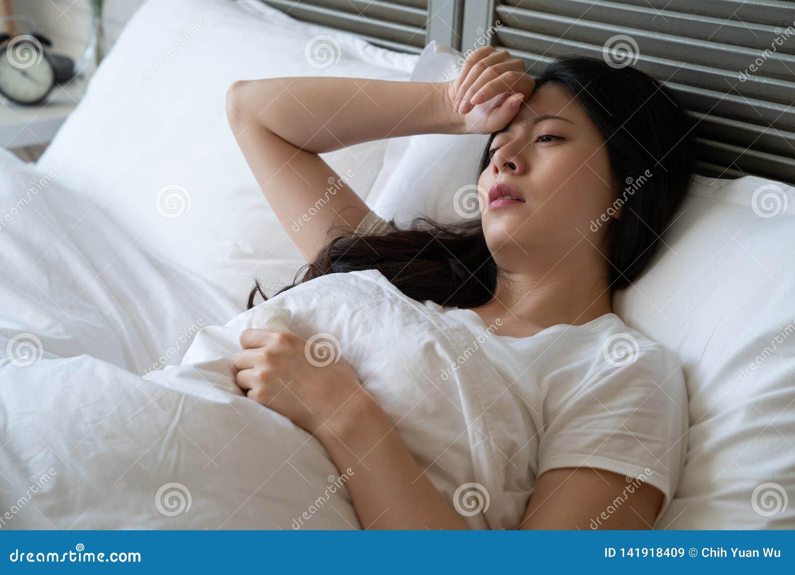 La femme malade souffrent le mal de tête avec la main sur le front