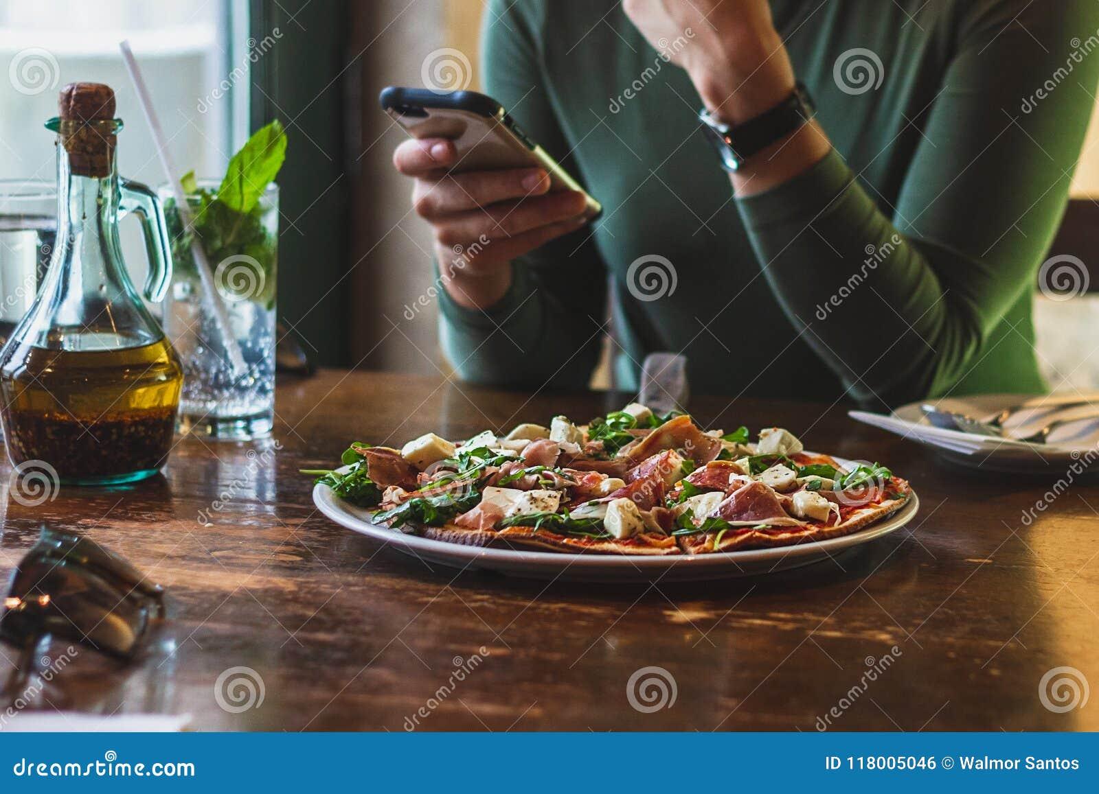 La femme mangent de la pizza