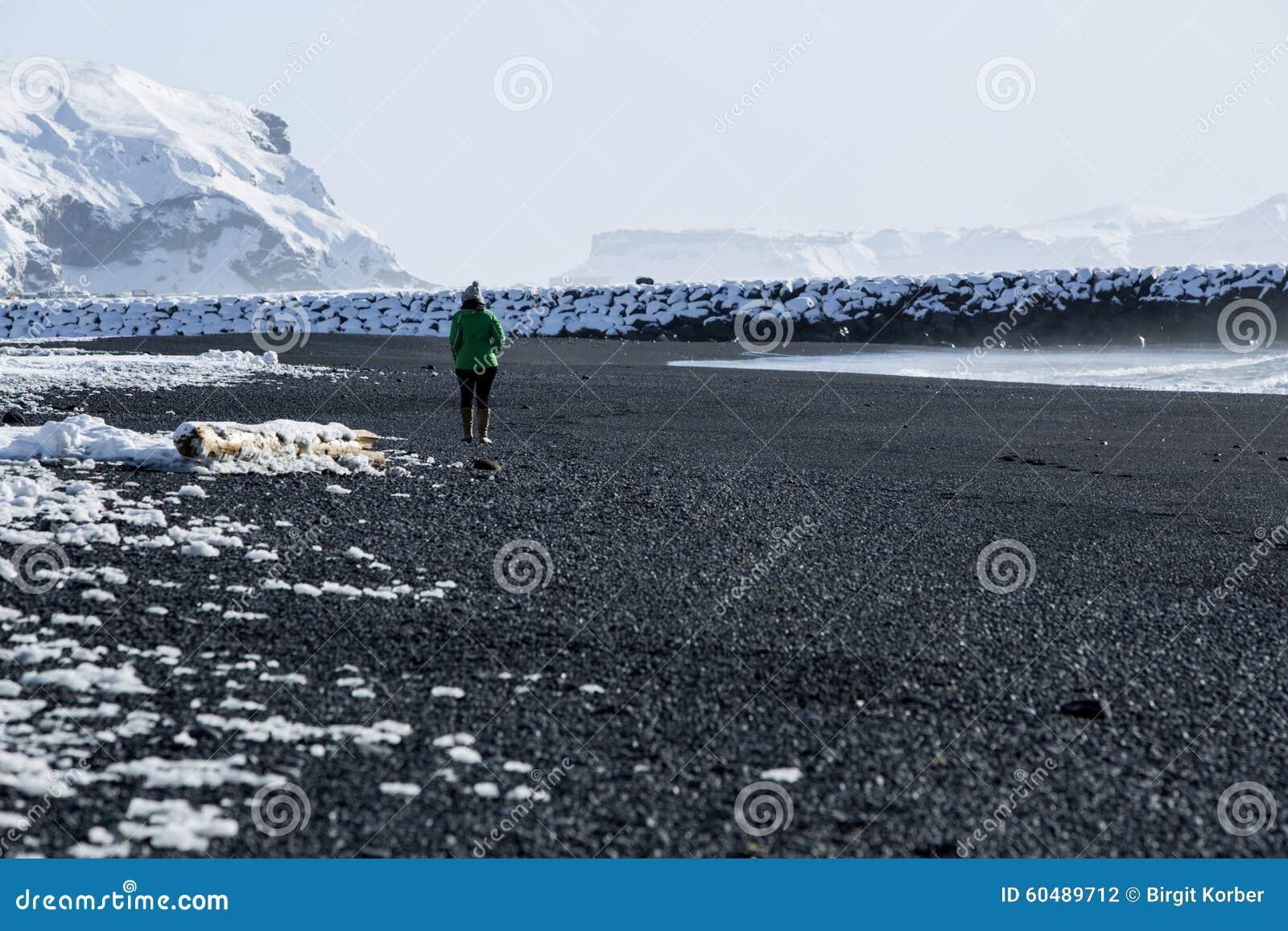 la femme marche le long de la plage noire de sable dans vik islande photo stock image du voir. Black Bedroom Furniture Sets. Home Design Ideas