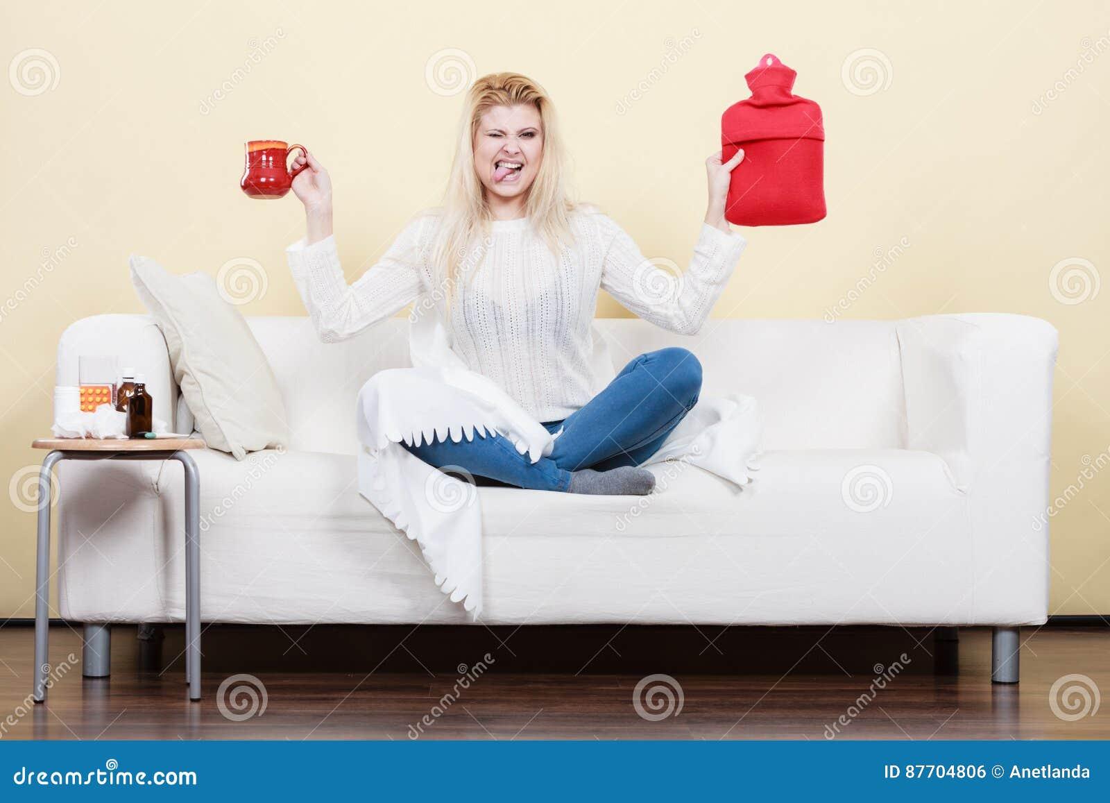 La femme montrant des manières de se débarasser de la fièvre