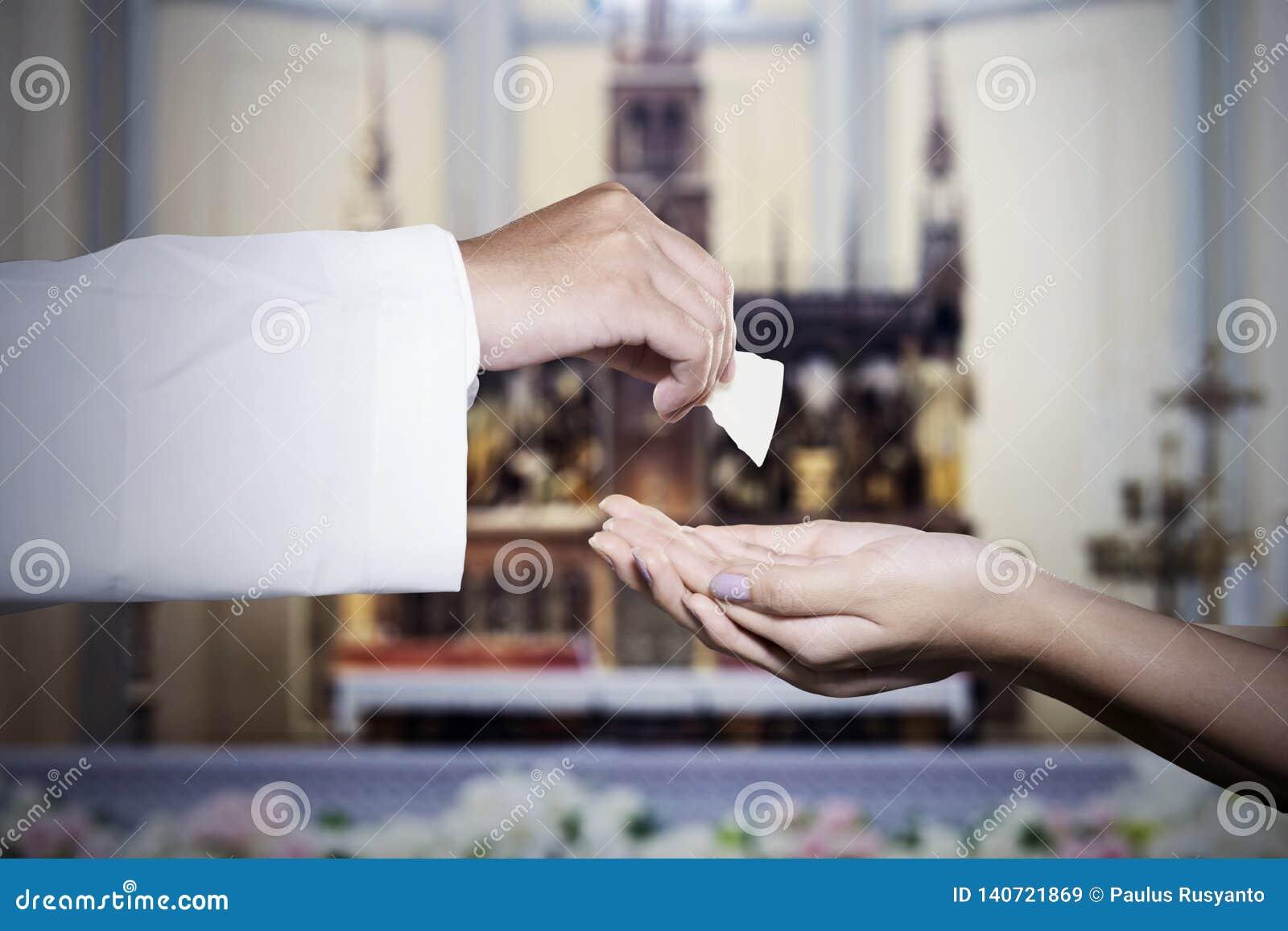 La femme obtient le pain de sainte communion d un prêtre