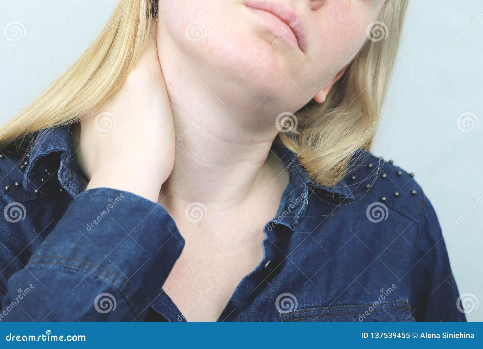 La femme ont une angine Cou émouvant femelle avec la main Concepts de soins de santé