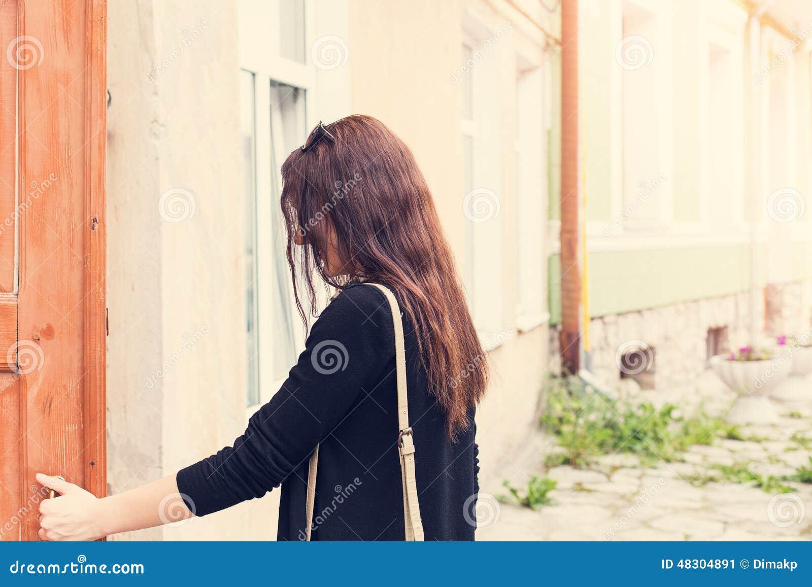 La femme ouvre la porte dehors photo stock image 48304891 for Porte qui s ouvre vers l exterieur