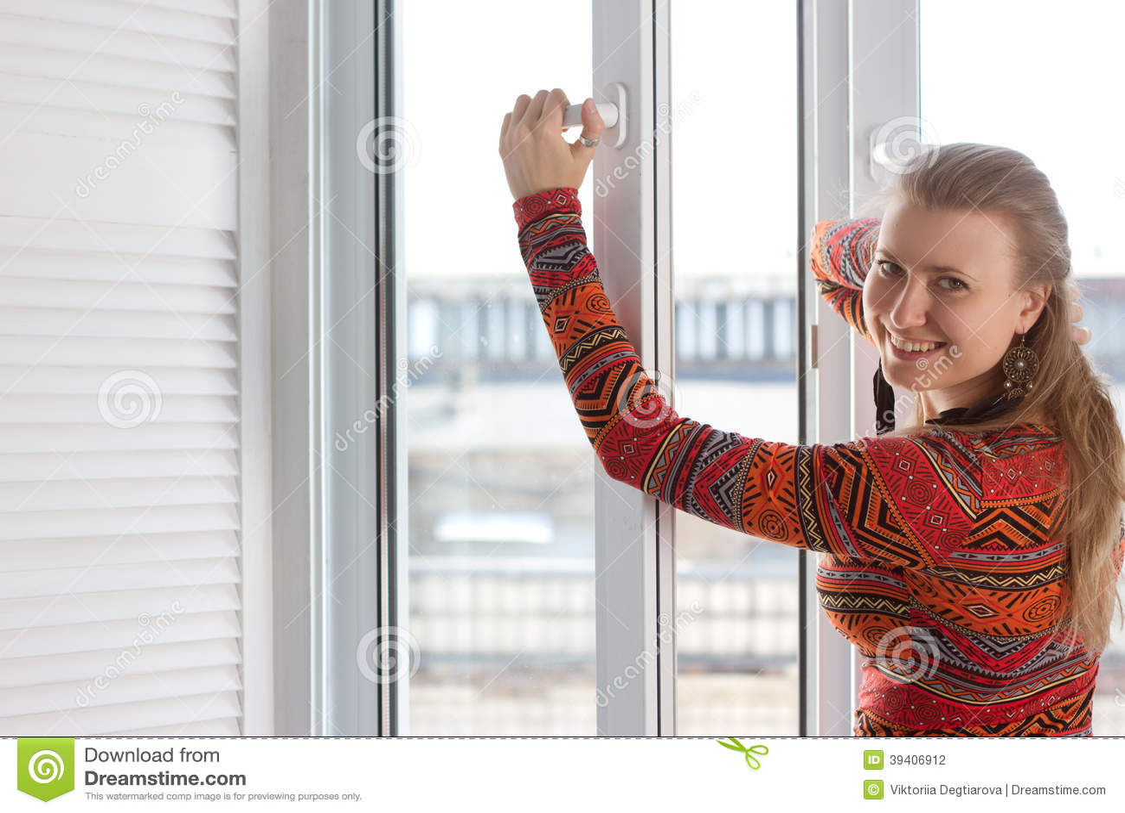 La femme ouvre une fen tre en plastique photo stock for Les charlots ouvre la fenetre