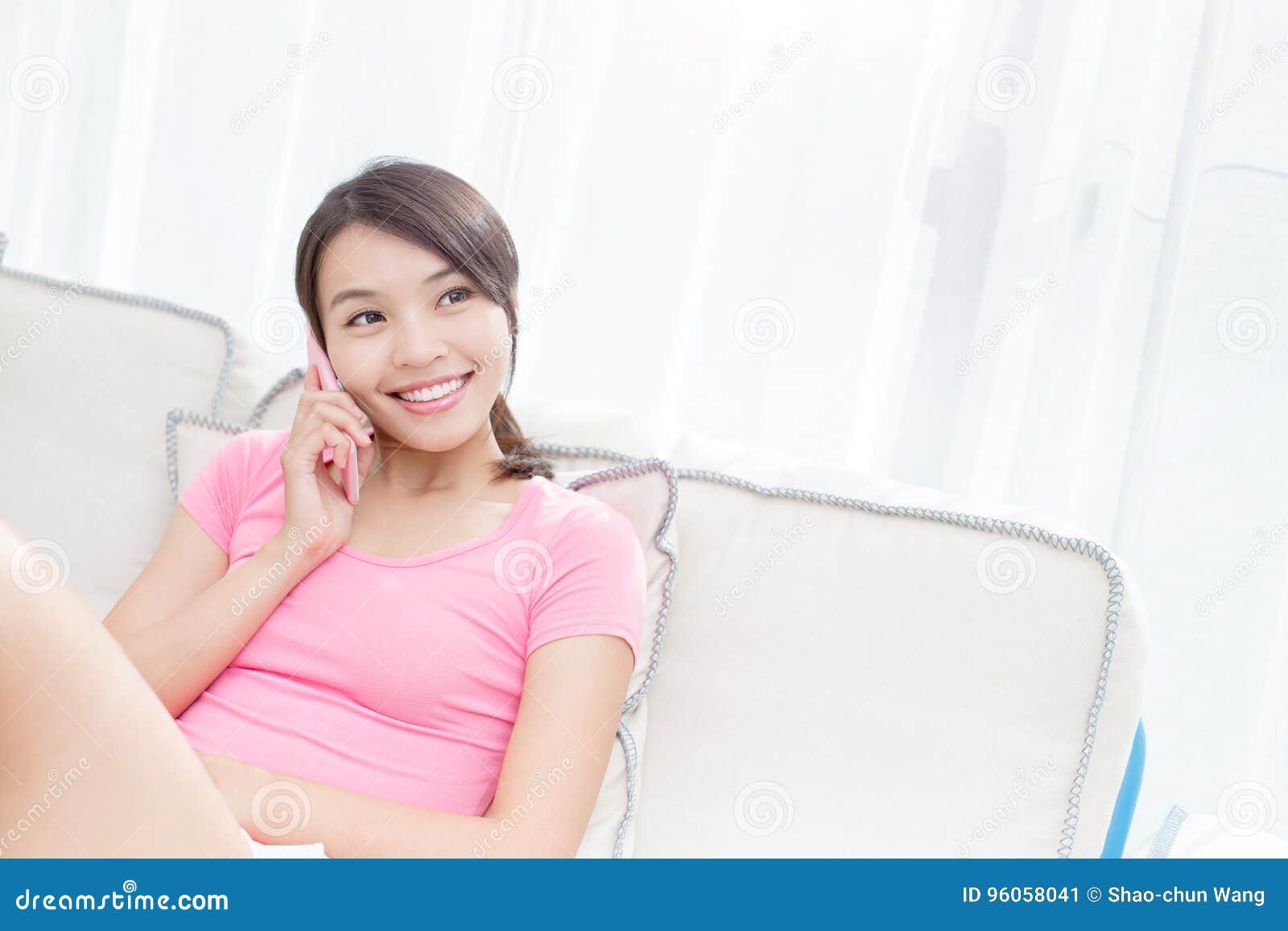 La femme parlent du téléphone