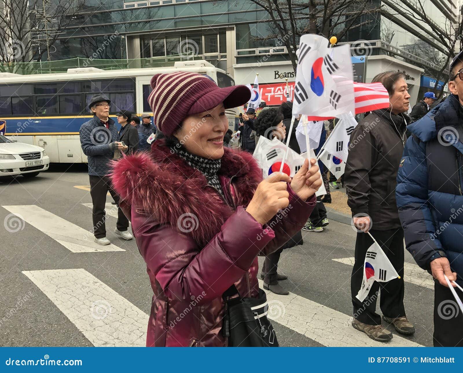La femme patriote coréenne ondule le drapeau coréen sur Samiljeol
