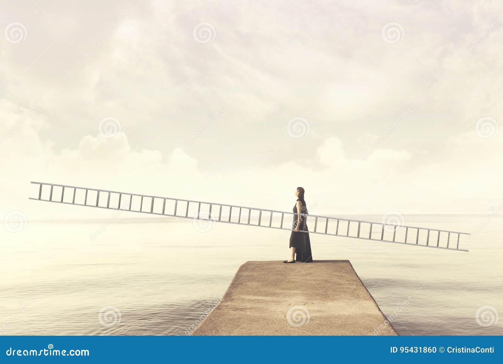 La femme porte une longue échelle imaginaire pour s élever dans le ciel