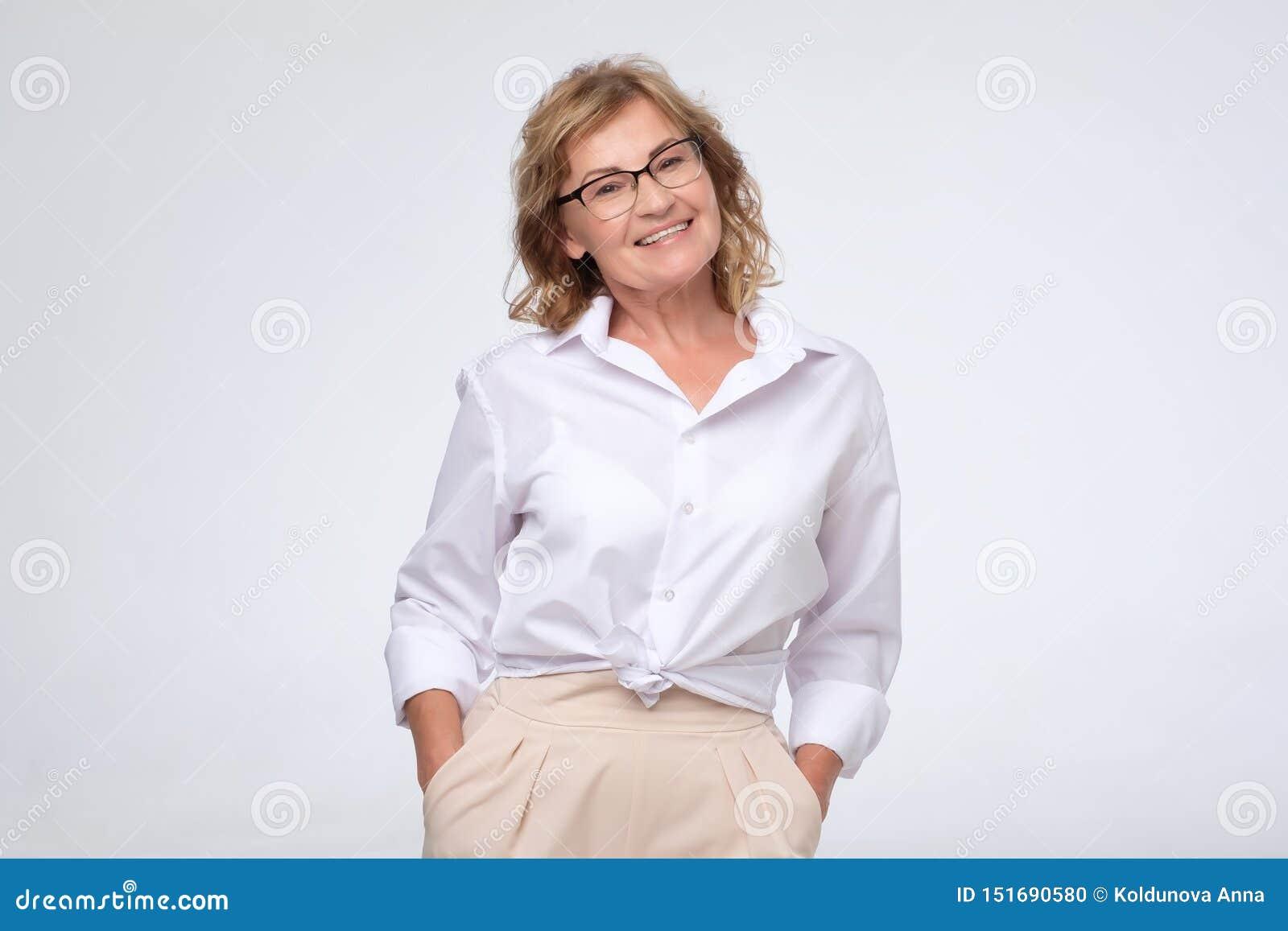 La femme positive d affaires du Moyen ?ge posant au-dessus du blanc avec des bras a crois?, cpace de copie