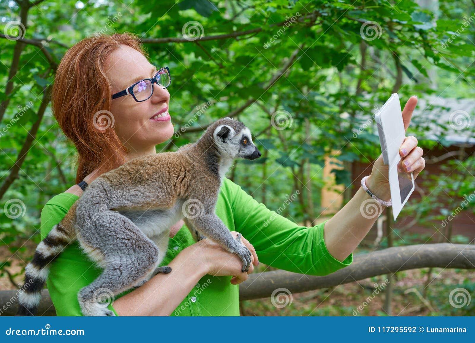 La femme prenant le selfie de photo avec l anneau a coupé la queue le lémur