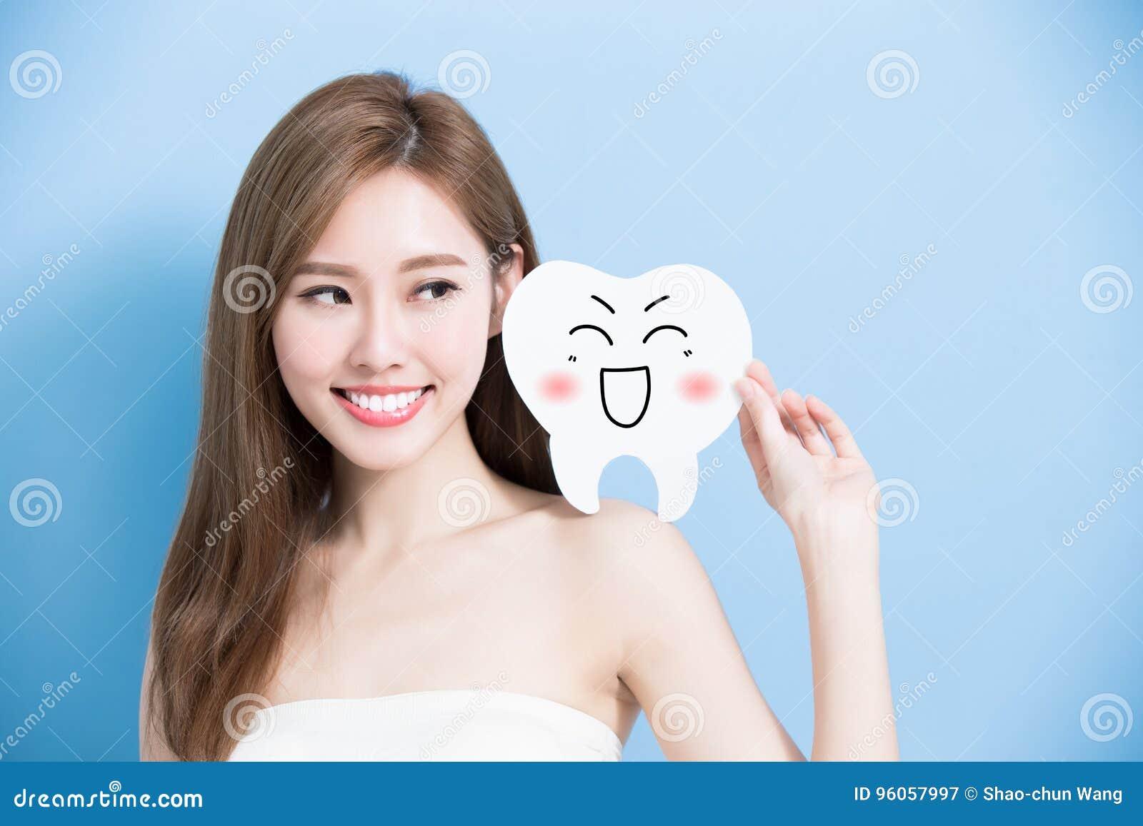 La femme prennent la dent mignonne