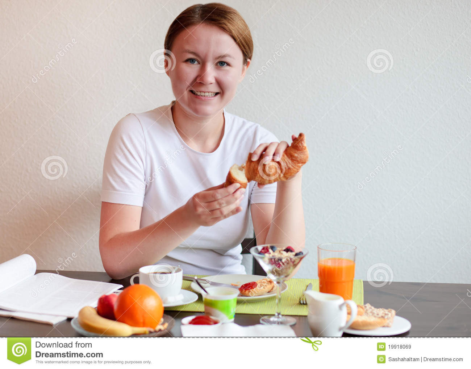 La femme prennent un dégagement de croissant