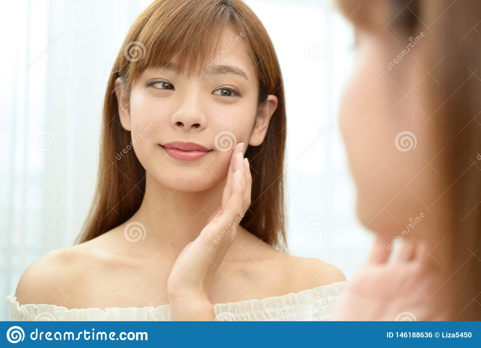 La femme qui prend soin de son visage
