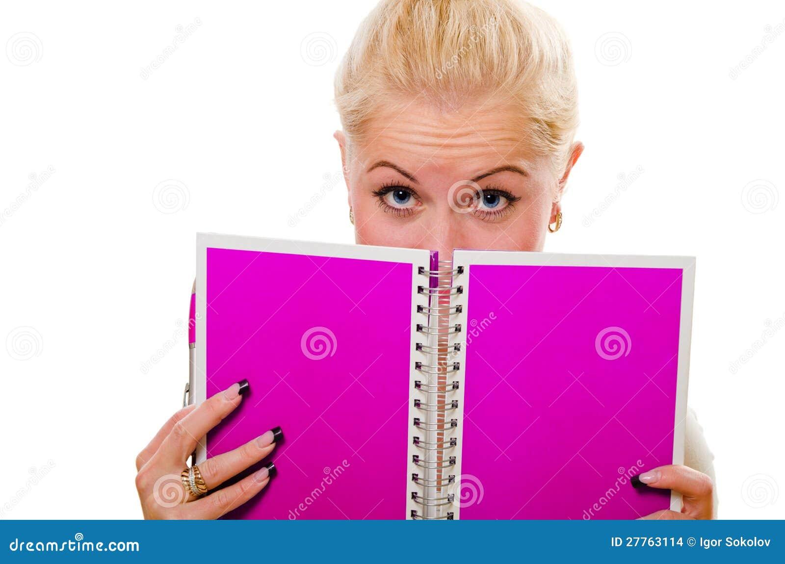 La femme regarde une note dans un cahier