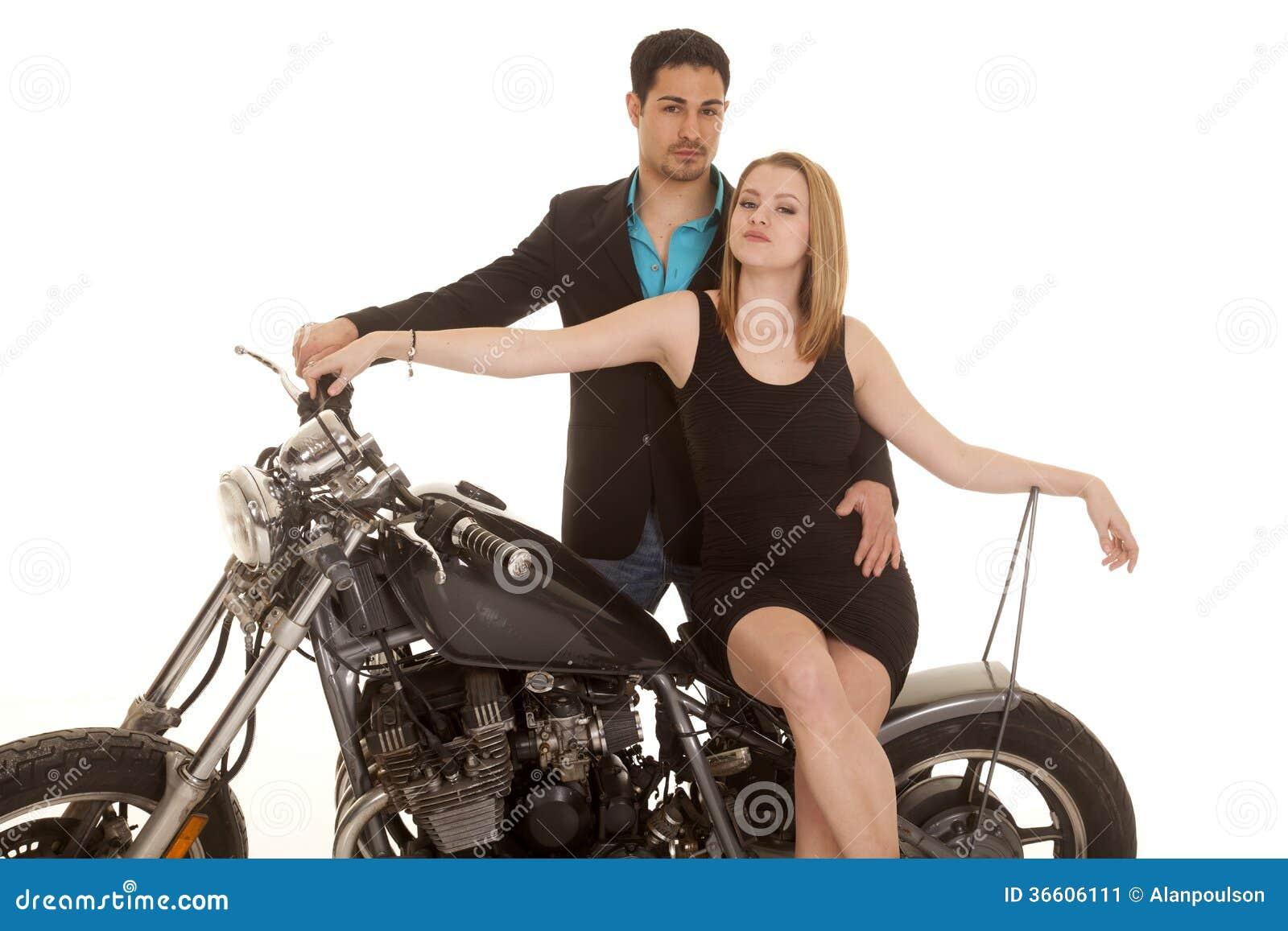 La femme reposent l homme de moto derrière chacun des deux regard