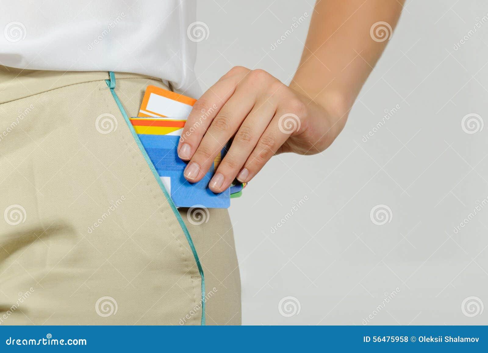 La femme retire de sa poche des cartes d un plastique