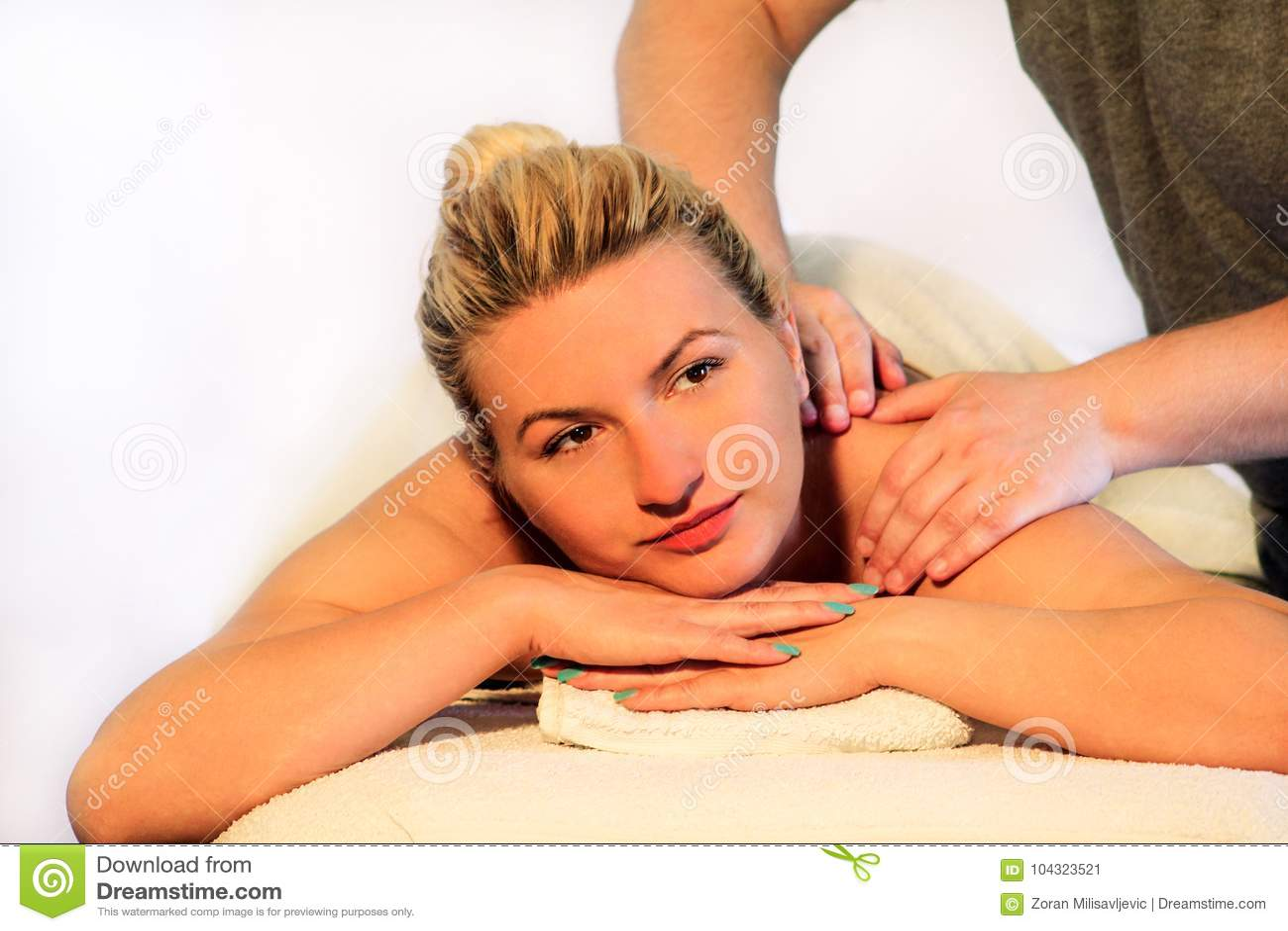 La Femme S Etendant Sur La Table De Massage Et Ayant Un Massage