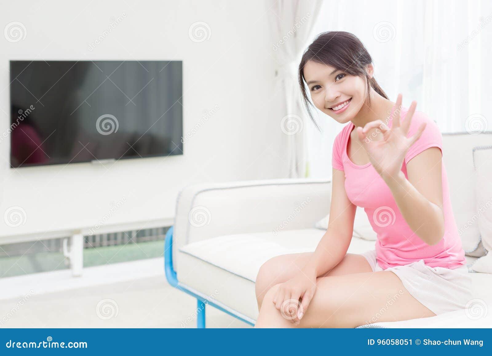 La femme s asseyent sur le sofa
