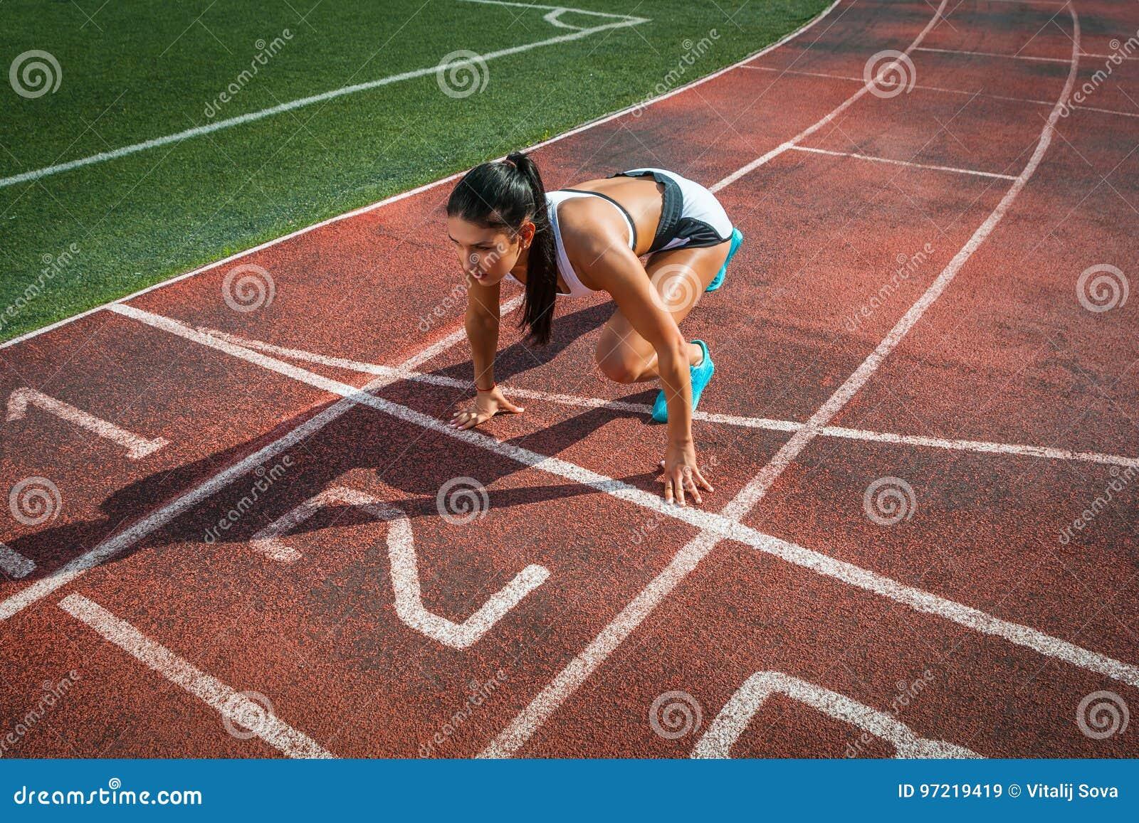 La femme se tient en basse position de début