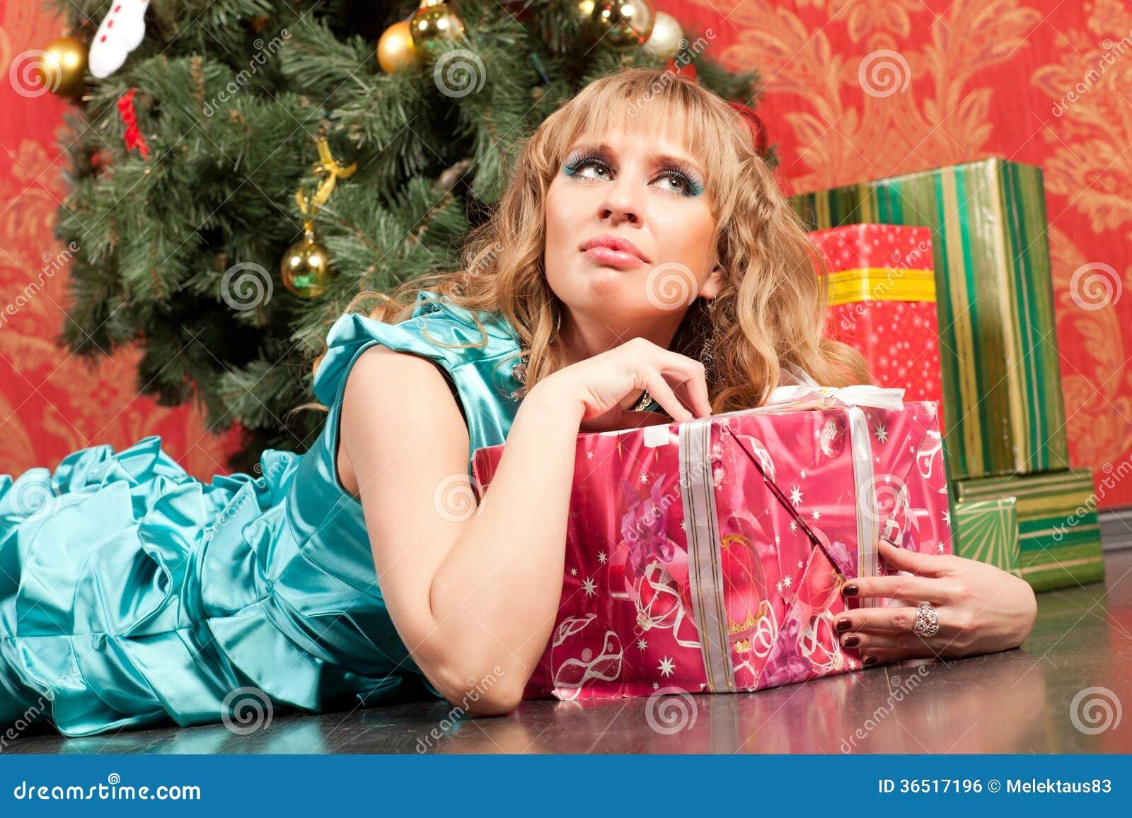 La femme se trouve près de l arbre de Noël