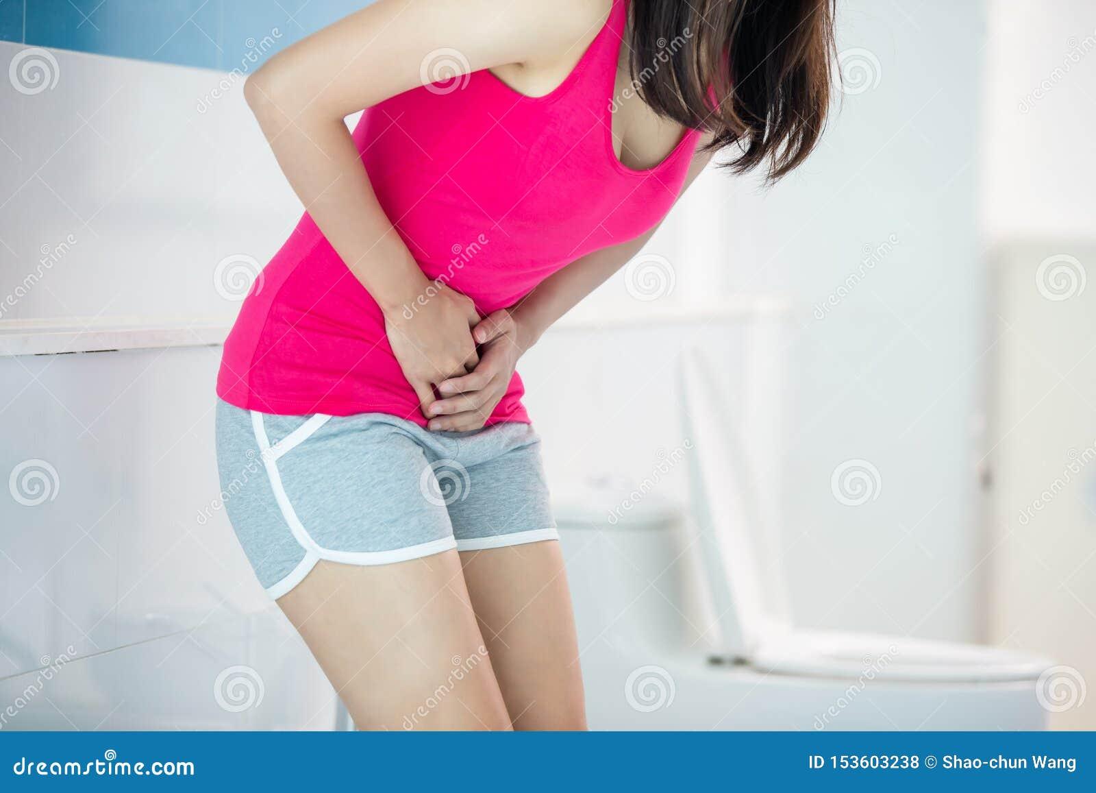 La femme sentent la douleur avec la diarrhée