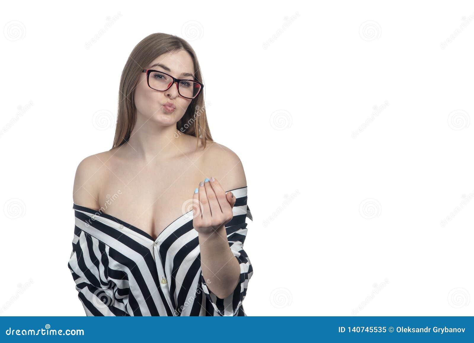 La femme sexy avec les épaules nues montre du doigt