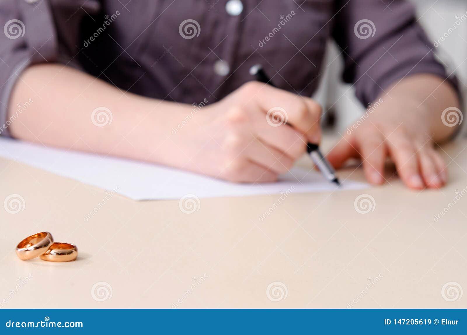 La femme signant l accord pr?nuptial devant le tribunal