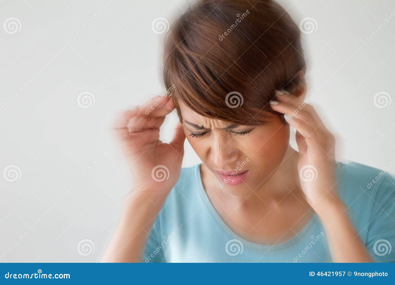La femme souffre de la douleur, mal de tête, maladie, migraine, effort