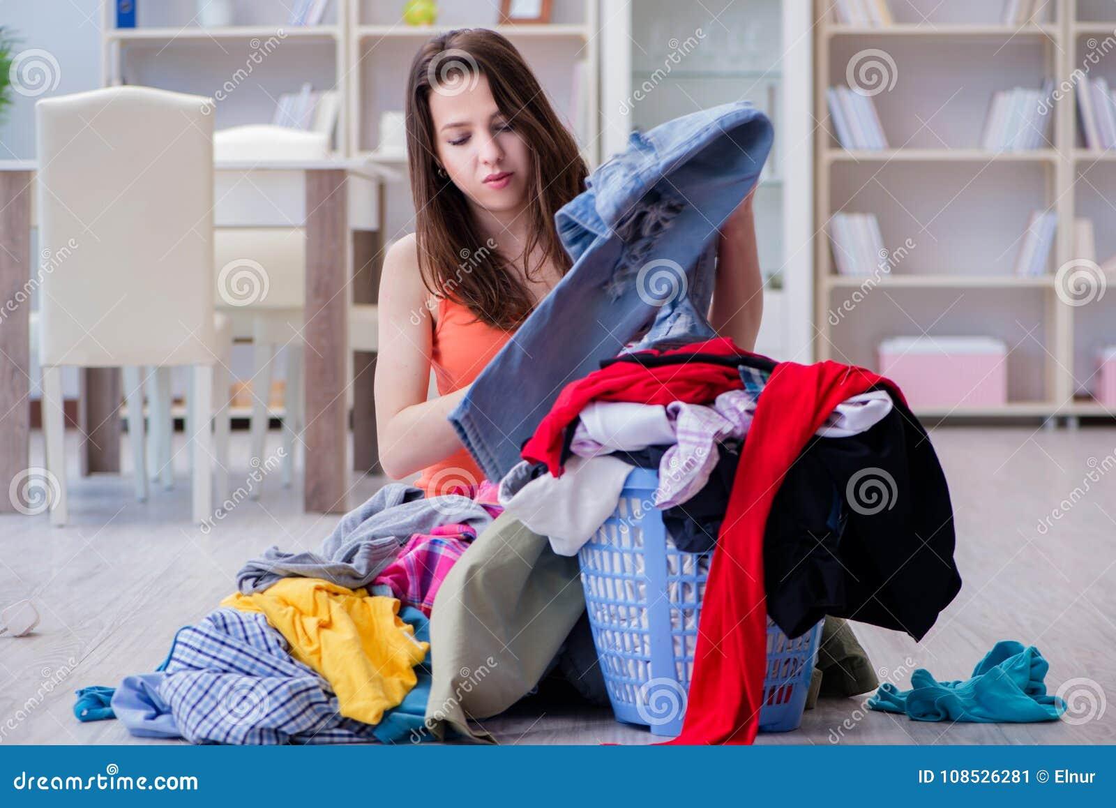 La femme soumise à une contrainte faisant la blanchisserie à la maison