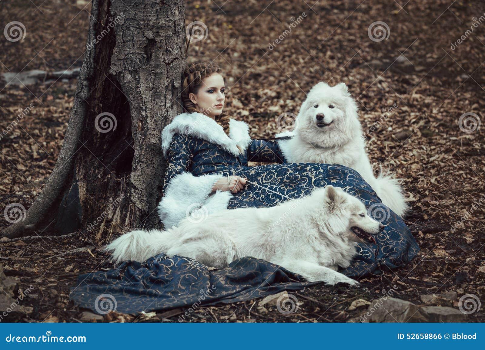 La femme sur la promenade d hiver avec un chien