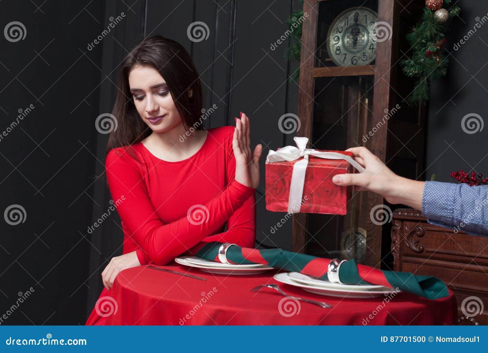 La femme timide refuse le cadeau dans le restaurant