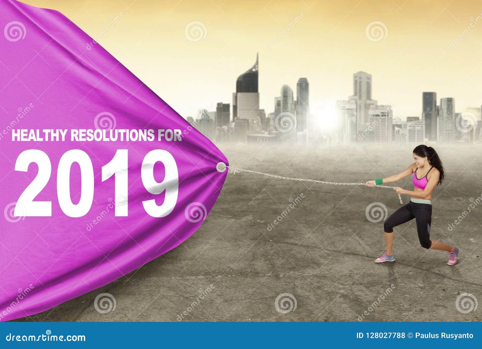 La femme tire le texte des résolutions saines pour 2019
