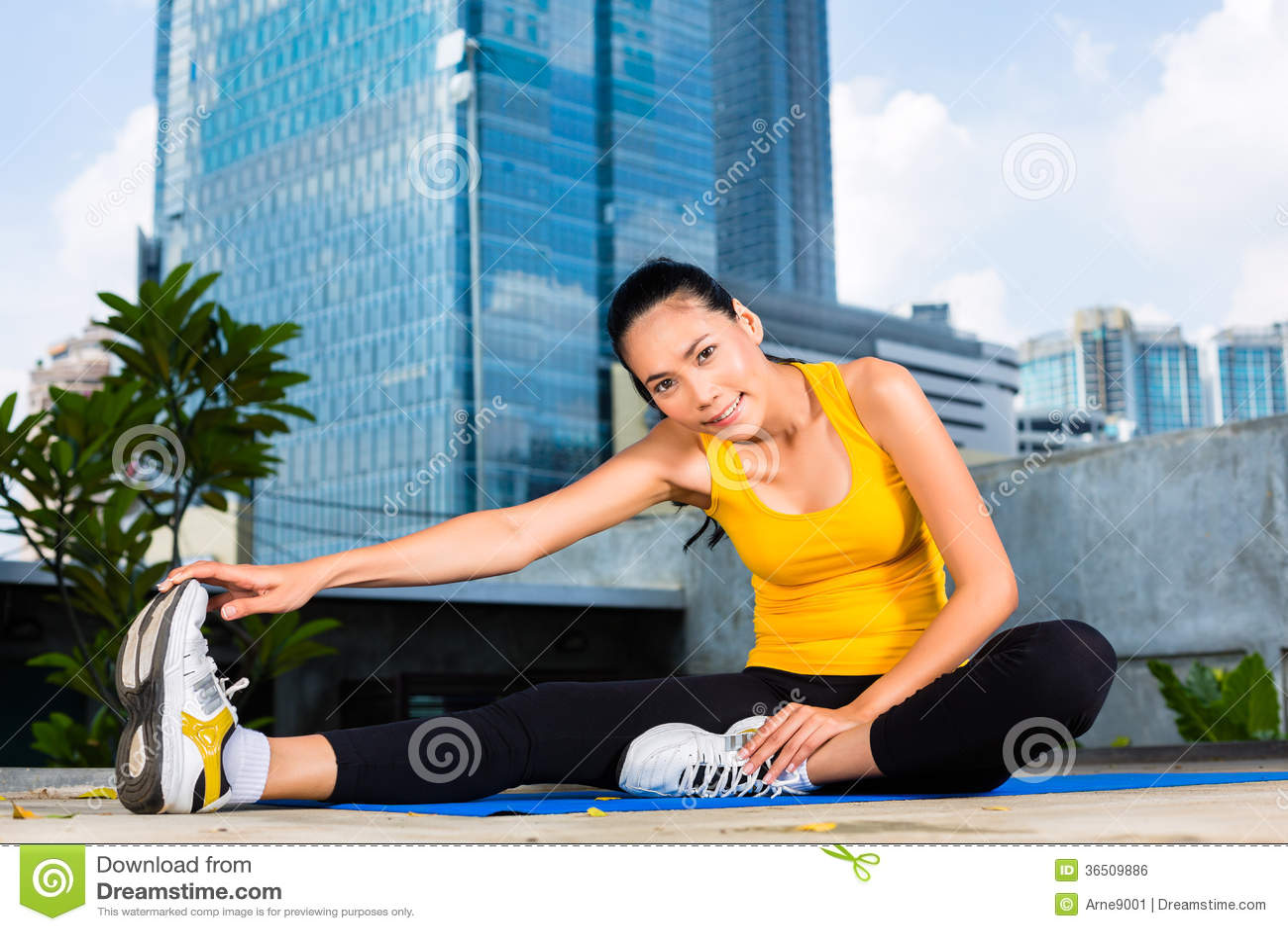 La femme urbaine folâtre - la forme physique dans la ville asiatique